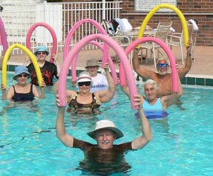 Menschen bei Wassergymnastik