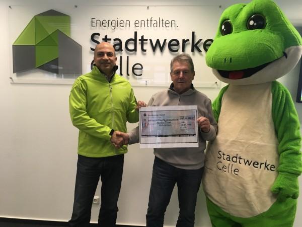 Thomas Edathy, Geschäftsführer der Stadtwerke Celle GmbH, überreicht eine Spende an den 1. Vorsitzenden Peter Ritter