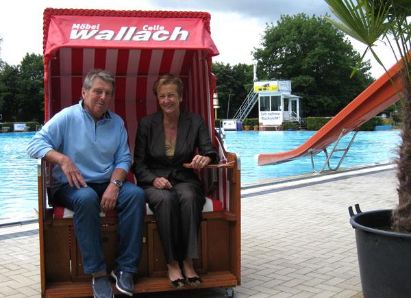 Geschäftsleitung von Möbel Wallach und Vorstand im Strandkorb
