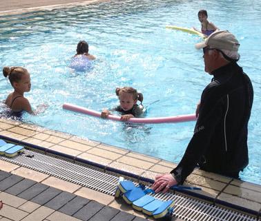 Eddie Lehne mit Schwimmschülern